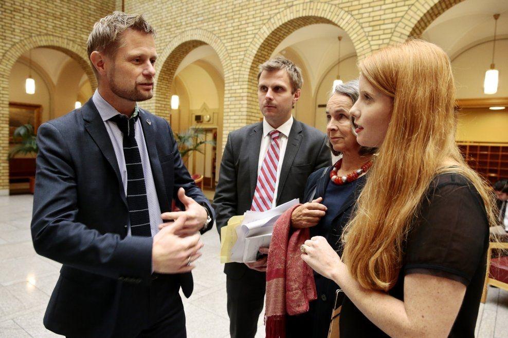 FRA KAMPEN: Susanne Kaluza (til høyre) har selv møtt helseminister Bent Høie for å forsøke å få ham til å snu i reservasjonsrett-saken. I dag lyktes hun. I midten: Aps helsetalsmann Torgeir Michaelsen. Foto: SCANPIX