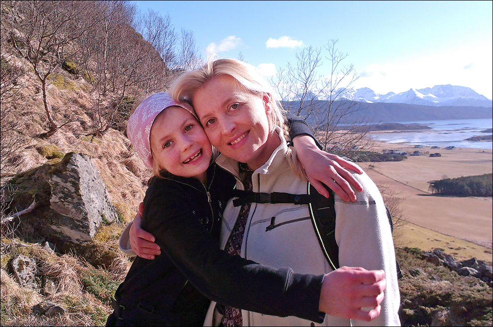 LYKKE: Mamma Thale Juul og datteren Mia fotografert på påsketur i Steigen nettopp. Thale Juul føler seg lykkelig selv om hun er alenemor, og nå viser en ny svensk/polsk undersøkelse at det å være enslig foreldre ikke har noen negativ effekt på lykkefølelsen. Foto: PRIVAT