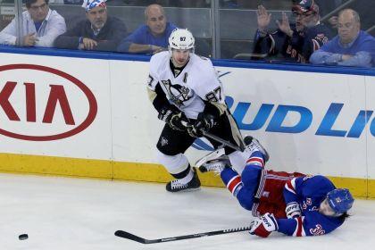 PÅ VEI UT: Mats Zuccarello og hans New York Rangers må vinne tre kamper på rad for å slå ut Sidney Crosbys Pittsburgh Penguins. Foto: Thomas Nilsson