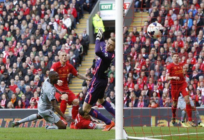 SKRTEL-SELVMÅL: Martin Skrtel, Steven Gerrard og Simon Mignolet ser fortvilet at Newcastle tar ledelsen på Anfield. Foto: AP