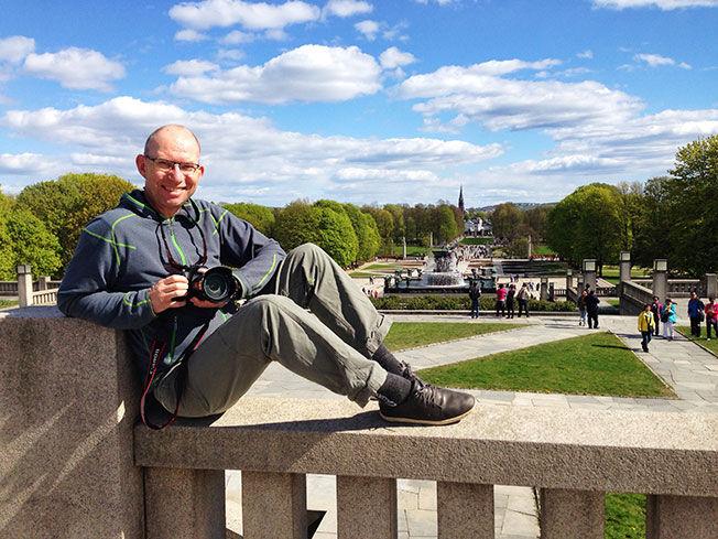 LIKER OSLO: Odd Roar Lange, her i Vigelandsparken i Oslo, har hatt opp mot 150 reisedøgn i året. Men helst vil han ikke telle, for da frykter han at folk skal tro han er en dårlig far. Foto: Privat