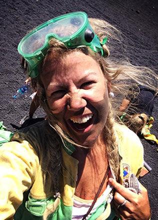 Maria K. Ebbestad, som her har testet vulkan-boarding i Nicaragua under sin tremåneders rundreise i Mellom- og Sør-Amerika tidligere i år, har ikke full oversikt over hvor mye hun reiser. Men det er definitivt mer enn de fleste. Foto: Privat