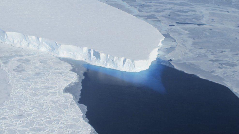 DYSTRE SPÅDOMMER: Dette NASA-bildet viser en isbre i Vest-Antarktis. Ifølge forskere tines isbreene i området slik at vannstanden kan øke i flere hundre år. Foto: Reuters