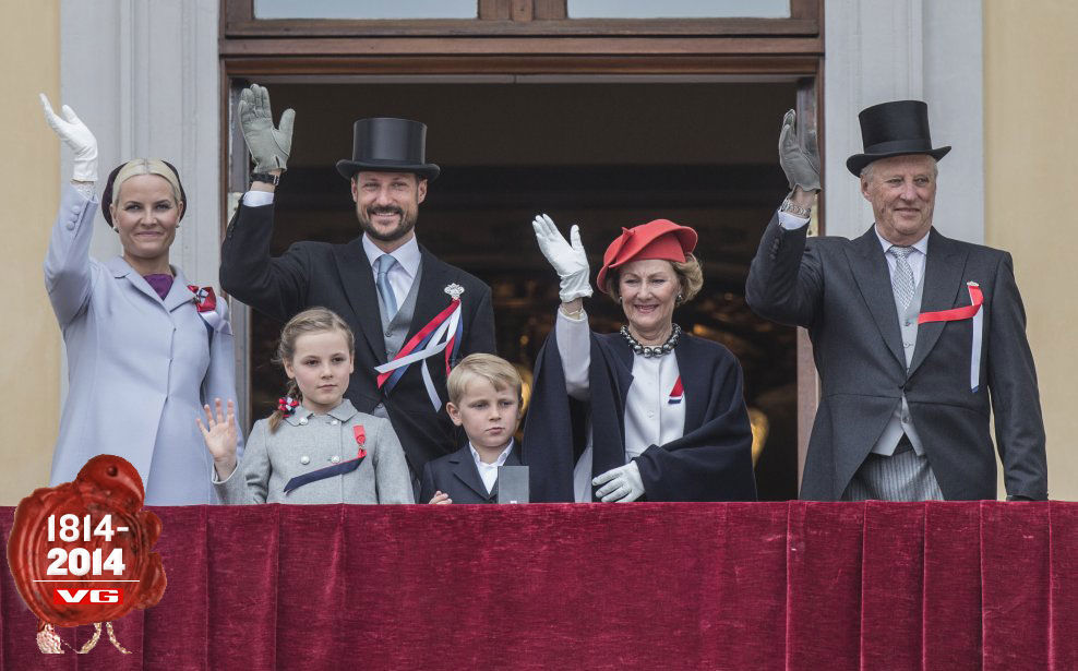 TRADISJON: Kronprinsesse Mette-Marit, prinsesse Ingrid Alexandra, kronprins Haakon, prins Sverre Magnus, dronning Sonja og kong Harald på slottsbalkongen 17. mai i fjor. Foto: NTB SCANPIX
