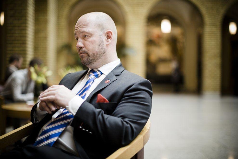 BESTEMT: Så lenge Anders Anundsen sitter som justisminister er det ifølge ham selv helt uaktuelt å endre på forbudslinjen mot cannabis og andre narkotiske stoffer. Her fotografert på Stortinget i mars. Foto: KRISTER SØRBØ/VG