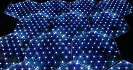 SUPER-CELLER: De sekskantede glasskivene med solceller inneholder også lysdioder, trykkfølere, elektronikk for kommunikasjon og i noen tilfelle også varmeelementer for bruk i kalde områder, slik at veiene blir snø- og isfrie. Foto: Solar Roadways