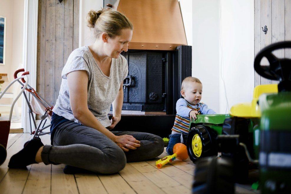 OGSÅ I SØNNENS BLOD: Småbarnsmoren Tone Li Sandvik har fått påvist giftstoffer i blodet. Det betyr at også sønnen har det. Det bekymrer moren. Foto: KRISTER SØRBØ.