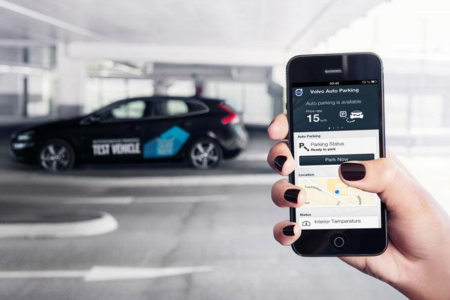 PARKER MED MOBIL: Send bilen ut på jakt etter parkeringsplass med mobilen mens du går avgårde dit du skal. Foto: Volvo