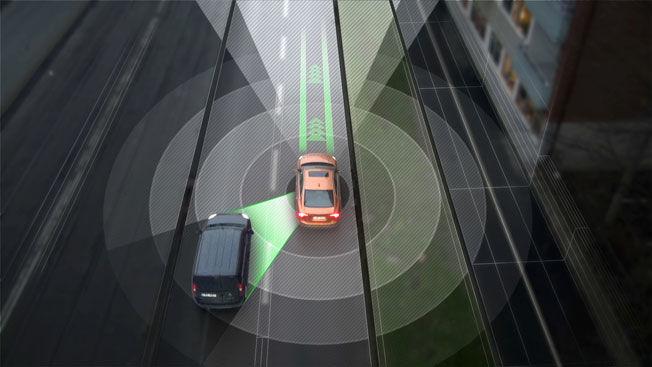 PRATER MED ALLE: Bilene i Drive Me prosjektet kan både kommunisere med andre førerløse biler, holde kontroll på vanlige biler og løpende motta informasjon om trafikk, vær og liknende fra en nettsky. Foto: Volvo