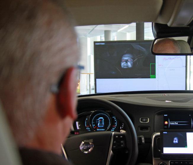 TRETTHETSVARSLER: For å forhindre at du sovner bak rattet i den selvkjørende bilen overvpker et system både om øyelokkene dine lukker seg for lenge eller om hodet ditt begynner å bevege seg unaturlig. Da blir du varslet. Foto: ØYSTEIN LARSEN-VONSTETT