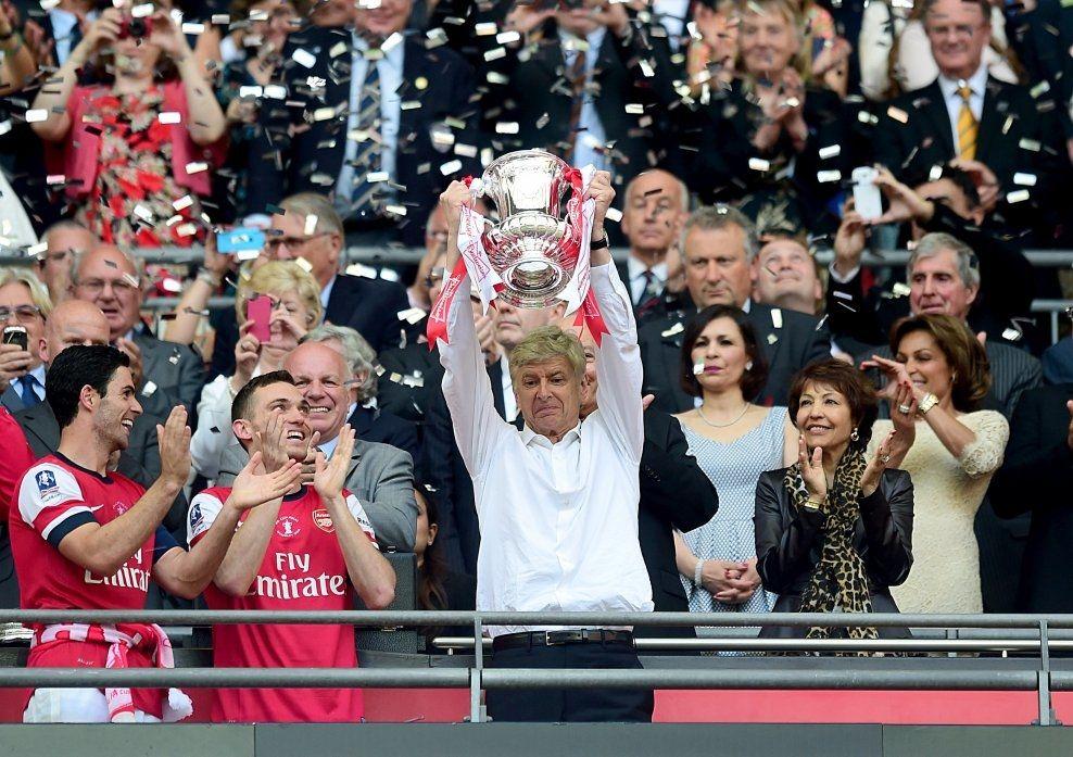 NY TROFÉJAKT: Endelig kunne Wenger løfte et trofé igjen, da han ledet Arsenal til FA-cupseier 17. mai i år. Nå skal han og Arsenal ha blitt enige om en kontraktsforlengelse, som gjør ham manager i tre nye år. Foto: Adam Davy / Pa Photos / NTB scanpix