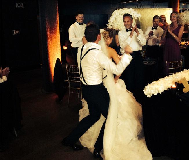 DANCING QUEEN: «Alle talere må danse», blir det sagt på festen i følge Betsson. Her danser bruden selv med brudgommens bror Bjørn Helge. Foto: BETSSON
