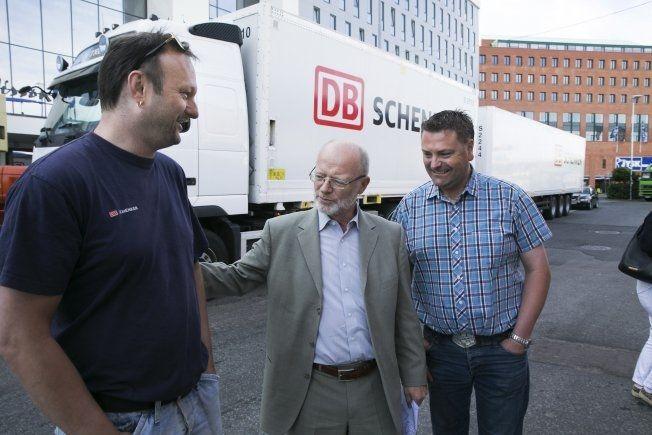 KJØRER DONING: Sveinung Sæther (t.v.) kjører allerede en 25 meter lange trailer på norske veier. Både han og Erling Sæther i NHO (i midten), samt driftssjef Per Anders Johansen i Schenker, mener lengden ikke utfordrer veisikkerheten.