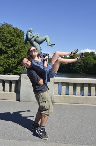 <p>LØFTER: Det er noe med skulpturene i Vigelandsparken som gjør at mange får lyst til å herme.<br/></p>