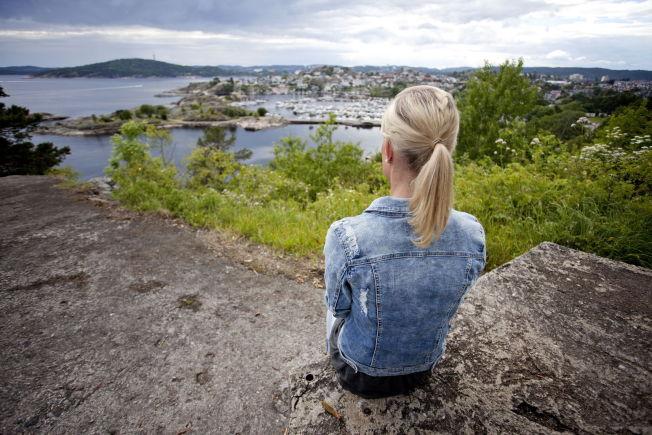 """<p>Ferie og økonomi. Kristiansand, V Agder. Alenemoren fra Sørlandet har to barn, og er i arbeid. Likevel har hun ikke økonomi til å gi ungene en ferie med dyre reiser eller fritidsparker. Alenemoren mener det voksne må bidra til at barn ikke """"måler"""" feriene sine opp mot hverandre.<br/></p>"""
