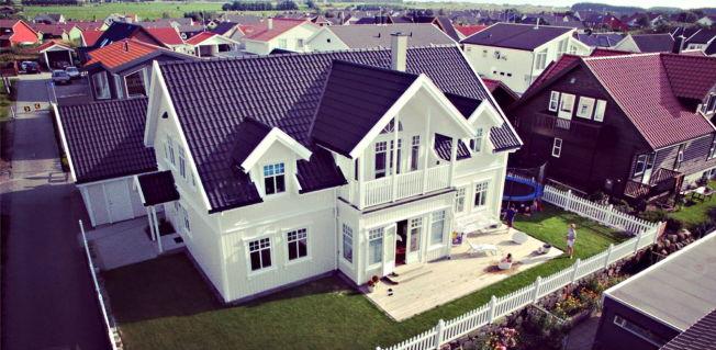 <p>JÆREN-FERIE: Familien Åsbøs hus på Nærbø i Rogaland blir stilt gratis til disposisjon for en barnefamilie som trenger det. Kristine Åsbø har opplevd en enorm pågang, men familien har ennå ikke bestemt hvem som får låne huset.</p>