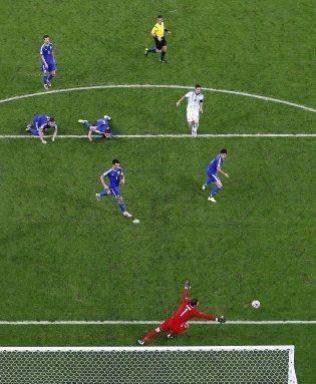 MESSIAS: Lionel Messi plasserer ballen helt nede ved stolpen, slik at Asmir Begovic i målet ikke rekker frem, i likhet med de fire bosniske forsvarerne som heller ikke rekker å stoppe argentineren.