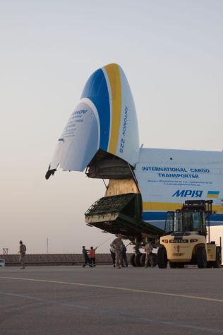 <p>ENORMT: Her gjøres de siste forberedelsene før verdens største fly skal ta turen til Norge. I Mazar-e Sharif ble AN-225-giganten lastet med norsk militært utstyr.<br/></p>