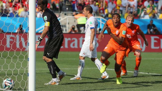 <p>AVGJORDE: Nederland har vunnet gruppe B etter at Leroy Fer (nummer to fra høyre) og Memphis Depay ordnet 2-0 over Chile. Her jubler Fer for sin scoring sammen med Dirk Kuyt (til høyre).</p>
