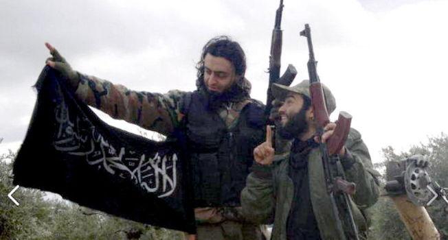 <p>POSERER: Dette bildet la Mohyeldeen Mohammad (til venstre) ut av seg selv og den 24 år gamle Skiens-mannen Bastian Alexis Vasquez i januar i fjor. Bildet skal være tatt nær fronten i Syria.<br/></p>