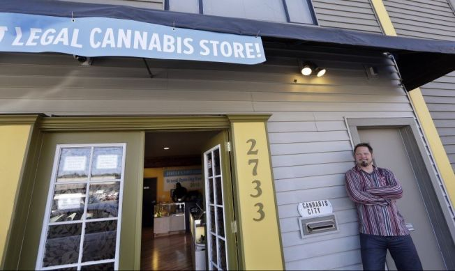 <p>ÅPENT: Cannabis City-eier James Lathrop åpnet i dag lovlig utsalg av marihuana i Seattle i Washington.<br/></p>
