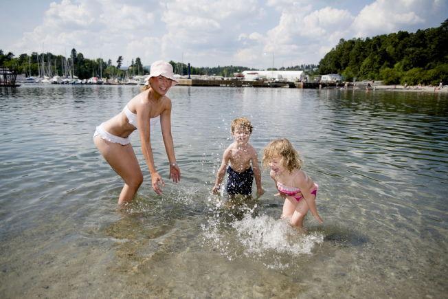 <p>PLASKER I VEI: Søskenparet Amalie Elisabeth (4) og Fredrik Christoffer Schnell (5) bader saman med mamma Julie Elisabeth Schnell på Bygdøy sjøbad onsdag ettermiddag.<br/></p>