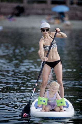 <p>IKKE PÅ LATSIDEN: Trine Jacobsen tar seg en tur på padlebrett, med Sofia Steen Kristiansen (3) som gallionsfigur.<br/></p>