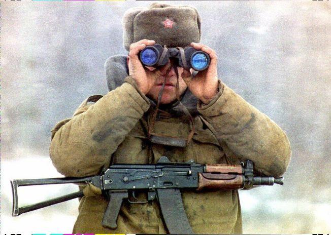 <p>ANNEN HISTORIE: Krigshistorien blir annerledes når den er skrevet av kvinner enn menn. Den hviterussiske forfatteren Svetlana Aleksijevitsj har intervjuet kvinner i Den røde armé og skrevet en glimrende bok om dette. Her en mannlig russisk soldat fotografert i byen Groznyj i Tsjetsjenia.</p><p>Foto: NTB SCANPIX<br/></p>
