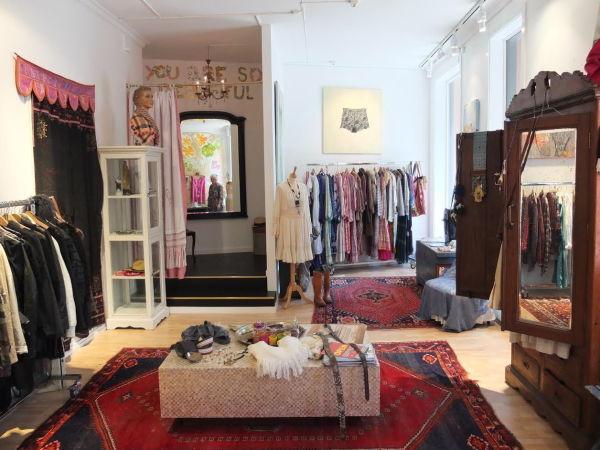 d6ce5003 NOE FOR ALLE: På Pipaluk Løve finner du både klær, smykker, malerier og