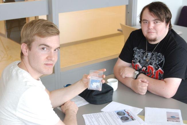 <p>GULLJEGERE: Tor Inge Iversen og Roy Vidar Nilsen fant en mynt på Lathari i Alta. Her holder de mynten i en beskyttende eske.<br/></p>