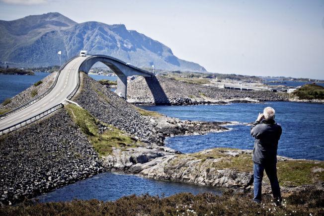 <p>STORSLAGENT: 12 kilometer lange Atlanterhavsveien på Møre, med sine syv broer, er blitt kalt århundres veibygg i Norge. Her brua over Storseisundet.</p>
