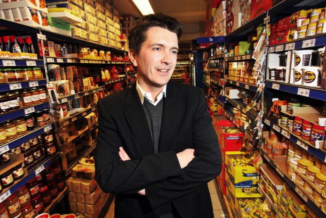 <p>NEI TAKK: Forbrukerne ønsker ikke produkter med palmeolje. Matvarekjedene vil fase ut palmeolje fra egne merkevarer. Rema 1000 går i bresjen og sier nå nei til nylanseringer fra matvareprodusenter verden over - fordi produktene inneholder palmeolje. Her er Rema-sjef Ole Robert Reitan i Rema 1000 butikken i Sporveisgaten i Oslo.<br/></p>