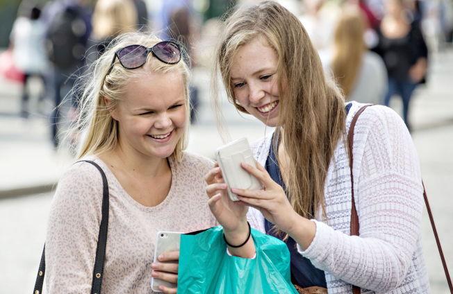 <p>FAST FØLGESVENN: Smarttelefonen er for lengst blitt fast følge for videregående-elevene Solveig Nordset Horn (til venstre) og Mildrid Hoff. I skoletimene er det imidlertid laptopen som er det viktigste verktøyet både til skolearbeid og sosiale medier. Tirsdag var Lillehammer-jentene på shoppingtur i Oslo.<br/></p>