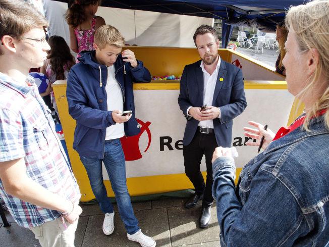 <p>DISIPLINERT: Kunnskapsminister Torbjørn Røe Isaken møtte både skoleelever og streikende lærere da han besøkte Arendalsuka i går.</p>