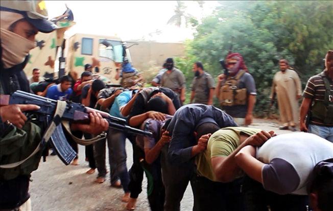 <p>BRUTAL FRAMFERD: Her er et bilde fra en millitant nettside hvor IS-soldater holder irakiske soldater fanget etter at de tok over en millitærbase i Tikrit. Bildet er distribuert i midten av Juni.</p>