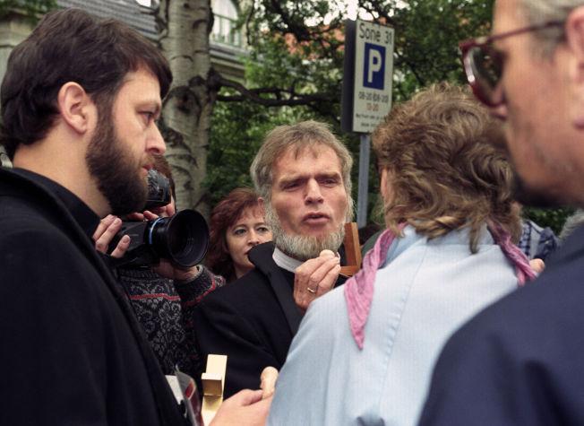 <p>OMSTRIDT: Presten Børre Knudsen (i midten) har vært omstridt. Sammen med Ludvig Nessa (t.v.) protesterte han mot abort og tok i bruk sterke virkemidler. Her demonstrerer de utenfor Røde-Kors klinikken.<br/></p>