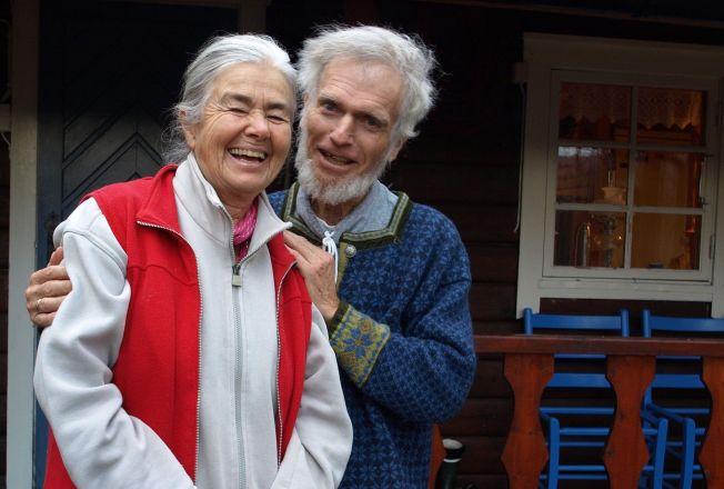 <p>DØDE 76 ÅR GAMMEL: Børre Knudsen døde med familien rundt seg. Her er han med kona Ragnhild foran hytta si i Meistervik - der dokumentarfilmen om ham ble filmet.<br/></p>