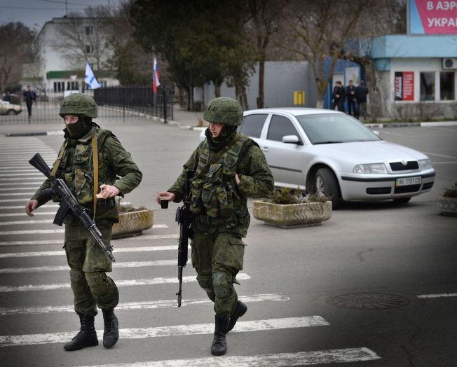 <p>PUTINS SFÆRE: - Russisk utenrikspolitikk har alltid handlet om å hindre Ukraina i å forlate Russlands innflytelsessfære, skriver kronikkforfatteren. Bildet viser to soldater iført russiske uniformer ved flyplassen i Simferopol på Krim, rett før Russlands anneksjon av den ukrainske halvøya.<br/></p>