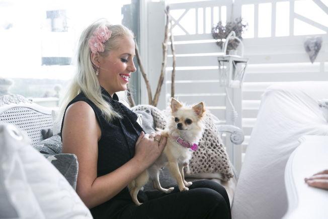 <p>Aurora Gude med hundene Goose og Holly. De er av hunderasen Chihuahua.</p>