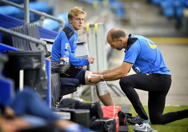 <p>TOR HAN BLIR KLAR: Mats Møller Dæhli får behandling av manuell terapeut Leif Arne Lystad. Nå tror han at han blir klar til Italia-kampen.<br/></p>
