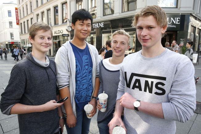 <p>SNAPCHAT, FACEBOOK, TWITTER OG INSTAGRAM: Marius Jensen (15) Sebastian Haunes (15) Khai Nguyen (15) Andreas Grimsmoen (15) er på mange sosiale medier - og har allerede vært det i flere år. Men foreldrene får vite lite av hva som skjer. VG har fått tillatelse av foreldrene til å avbilde og prate med 15-åringene.<br/></p>