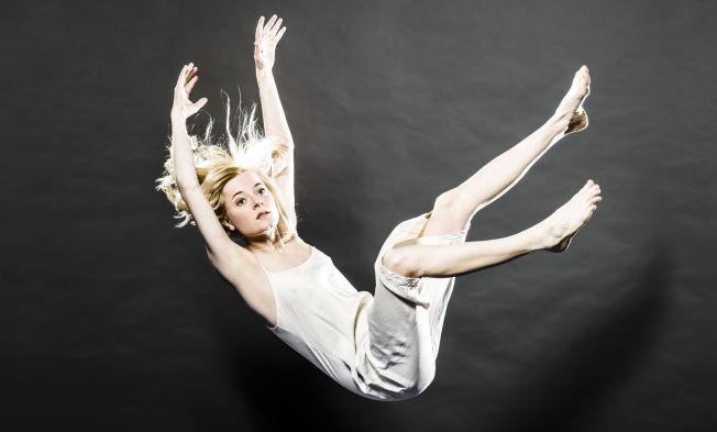 <p>FALLER NED: Marianne Hole er Agnes, gudedatteren som faller ned på jorden for å søke kunnskap om menneskenes kår i August Strindbergs «Et drømspill» på Nationaltheatret.</p>