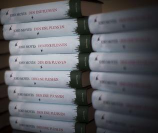 <p>NY BOK: Jojo Moyes nye «Den ene pluss en» har snart solgt i 50.000 eksemplarer i Norge, mens «Et helt halvt år» har solgt i over 225.000 eks.</p>