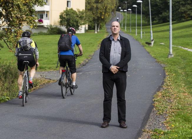 <p>PÅKJØRT BAKFRA: Francesso Bradascio tilbake på ulykkesstedet etter å ha blitt nedkjørt av en kvinnelig syklist. Nå får han erstatning for varige men.<br/></p><p>Foto: ROGER NEUMANN<br/></p>