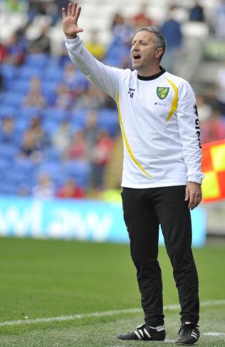 <p>TYDELIG: Norwich-manager Neil Adams fortalte spillerne hvor skapet skulle stå etter førsteomgangen.<br/></p>