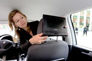 <p>TRYGG TRAFIKK: Kommunikasjonssjef Kristin Øyen, som her demonstrerer det hun mener er en dødsfelle i en bil, vil at syklister og fotgjengere skal skille bedre i trafikken.</p><p>Foto: ROGER NEUMANN<br/></p>