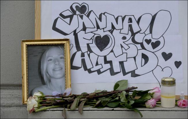 <p>DREPT: Venner og kjente la ut blomster, og et bilde, til minne om drepte Jonna Rask (26) utenfor Oslo-leiligheten hvor drapet skjedde i april 2013.</p>