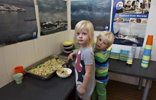 <p>TAR MAT SELV: I barnehagen får barna servere seg selv, men alle må smake litt på alt. Det forteller daglig leder Espen Edvardsen.</p>