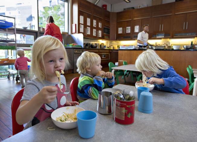 <p>NAM, NAM: <i>Lise Åkerøy (4) koser seg med kongekrabbepasta med pestosaus og brokkoli. Men favorittmaten får hun ikke i barnehagen.</i></p>