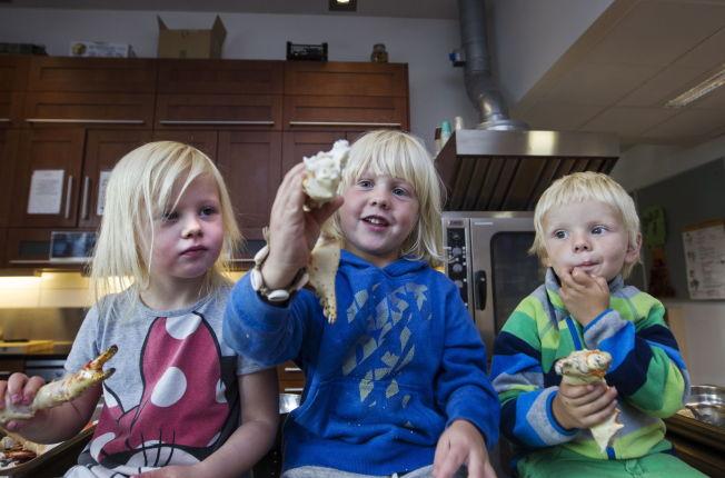 <p>LEKER MED MATEN: Kristian Midtøy forteller at barna ofte får være med å lage mat. På Eventyrstua tar de ofte inn levende hummer og fugler med fjær slik at barna kan bli kjent med maten de spiser. – På den måten blir mat noe mer enn bare det som ligger på tallerkenen, forklarer han.</p>